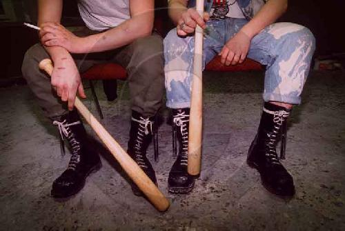 Лизать скинхедам обувь